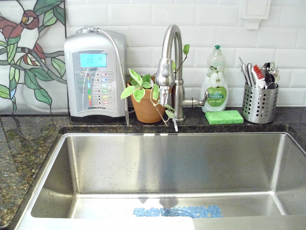 how-a-water-ionizer-looks-on-the-kitchen-countertop